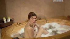 Эмилия Спивак принимает ванну
