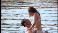 Эмилия Спивак купается в озере