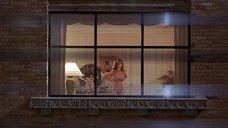 За Роной Митрой подглядывают в окно