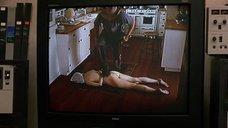 Обнаженная и связанная Лора Линни лежит на полу