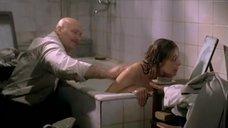 Елена Дробышева принимает ванну