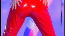 Дарья Сагалова в латексном костюме в телепередаче «Стиляги-шоу»