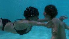 Чулпан Хаматова веселится у бассейна