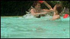 Чулпан Хаматова брызгается в бассейне