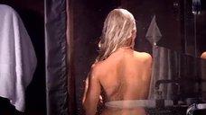 Елена Корикова принимает душ