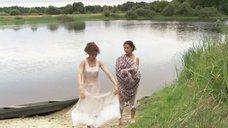 Ирина Лачина и Надежда Бахтина купаются в озере