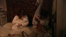 2. Ирина Лачина кормит грудью ребёнка – Тяжелый песок