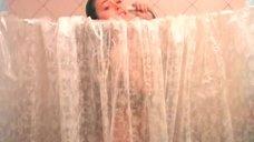 Марина Могилевская принимает душ