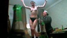 Голая Татьяна Кривицкая танцует на столе