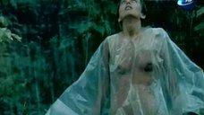 Обнаженная Надежда Курилко под дождем в лесу