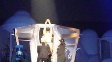 1. Леди Гага разделась догола прямо на сцене