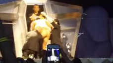 Леди Гага разделась догола прямо на сцене