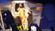 4. Леди Гага разделась догола прямо на сцене
