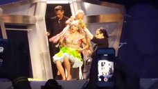 9. Леди Гага разделась догола прямо на сцене