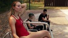 Кристен Белл в красном купальнике