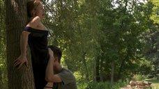 Кристен Белл делают куннилингус в лесу
