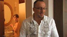 Светлана Иванова топлес чистит зубы