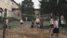 Девушки в майках играют в волейбол
