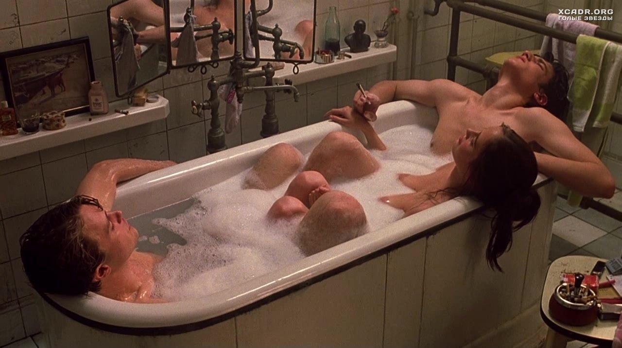 Русские студенты трахаются втроем в ванной