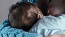 Ева Грин кормит грудью ребёнка
