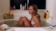 Джуно Темпл принимает ванну