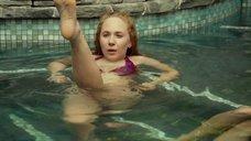 Кэтрин Хан и Джуно Темпл плавают в бассейне