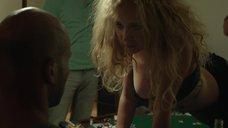 Джуно Темпл танцует стриптиз на покерном столе