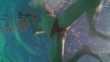 Аманда Сайфред плавает топлес в бассейне