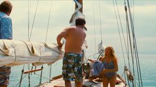 Аманда Сайфред прыгает с корабля в воду