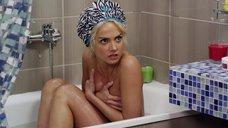 Полина Максимова принимает ванну