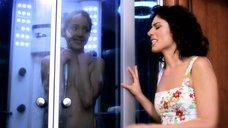Галина Боб принимает душ