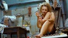 Екатерина Вилкова красит ногти