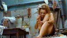 3. Екатерина Вилкова красит ногти – Стиляги