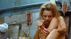 4. Екатерина Вилкова красит ногти – Стиляги