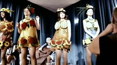 2. Выступление Екатерины Вилковой и Евгении Серебренниковой в причудливых костюмах – Нас не догонишь