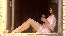 Катерина Шпица в халате сидит на подоконнике