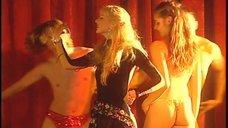 2. Полуголая Ольга Чурсина выступает на сцене – Адам и превращение Евы
