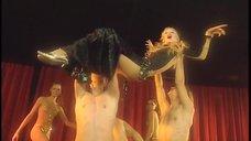 4. Полуголая Ольга Чурсина выступает на сцене – Адам и превращение Евы
