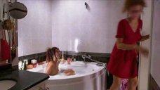 Елена Захарова принимает ванну