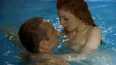 Амалия Мордвинова плавает обнаженной в бассейне