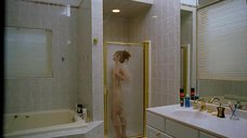 Амалия Мордвинова принимает душ