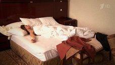 Любовь Толкалина нежится в постели