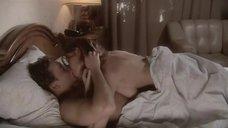 Любовь Толкалина целуется в постели