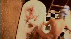 Олеся Судзиловская выпрыгивает из ванны