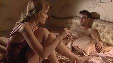 Олеся Судзиловская красит ногти в ночнушке