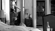 Юлия Высоцкая засветила голую грудь в зеркале