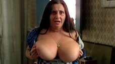 Тельма Рестон показывыает свою большую голую грудь