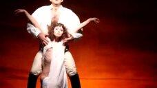 Александра Волкова засветила сосок в спектакле «Юнона и Авось»