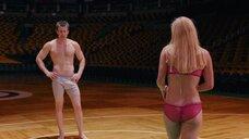 Анна Фэрис в белье играет в баскетбол