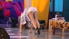 3. Юлия Михалкова светит попкой на сцене